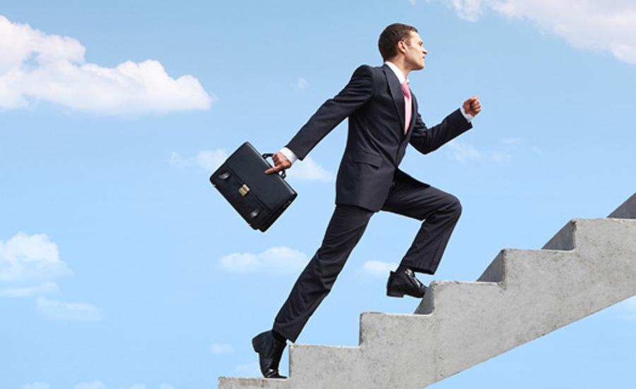 Beeld van man op een trap